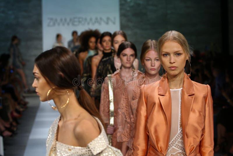 NEW YORK, NY - 05 SEPTEMBER: De modellen lopen het baanfinale bij de Zimmermann-modeshow stock foto