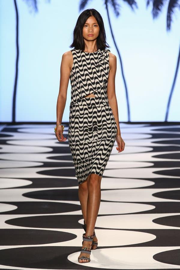 NEW YORK, NY - 5. SEPTEMBER: Ein Modell geht die Rollbahn an Nicole Miller Spring-Modeschau 2015 lizenzfreies stockbild