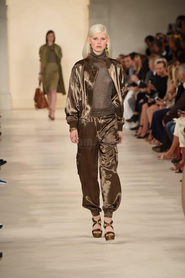 NEW YORK, NY - 11. SEPTEMBER: Ein Modell geht die Rollbahn an Ralph Lauren-Modeschau lizenzfreie stockfotografie