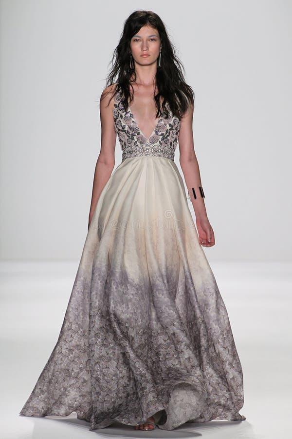 NEW YORK NY - SEPTEMBER 09: En modell går landningsbanan på den Badgley Mischka modeshowen royaltyfri foto