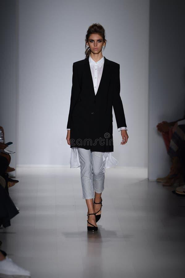 NEW YORK NY - SEPTEMBER 04: En modell går landningsbanan på den Marissa Webb modeshowen fotografering för bildbyråer