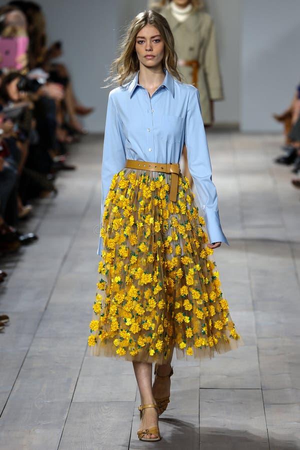 NEW YORK NY - SEPTEMBER 10: En modell går landningsbanan på den Michael Kors Spring 2015 modesamlingen royaltyfria bilder