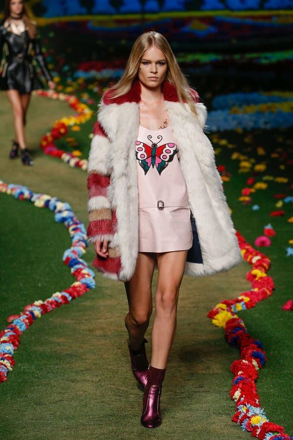 NEW YORK NY - SEPTEMBER 08: En modell går landningsbanan på Tommys Hilfiger Womens modeshow royaltyfria bilder
