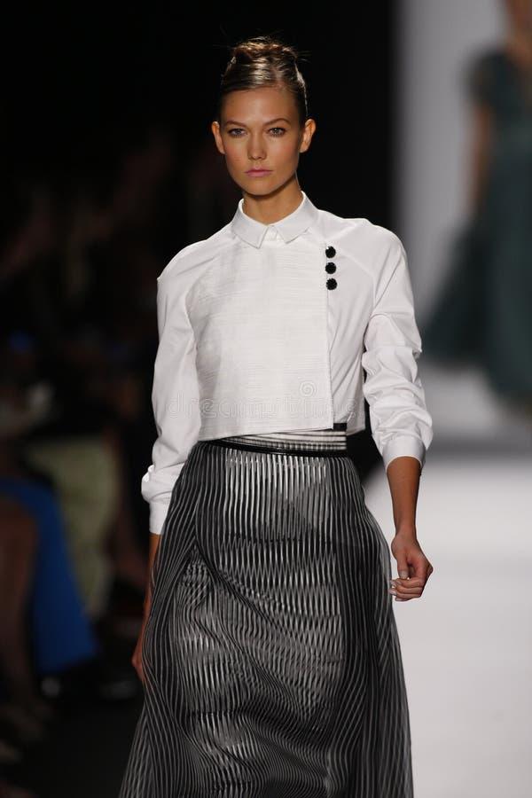 NEW YORK, NY - 09 SEPTEMBER: Karlie Kloss loopt de baan in Carolina Herrera toont tijdens de Lente van 2014 Mercedes-Benz Fashion  stock foto's