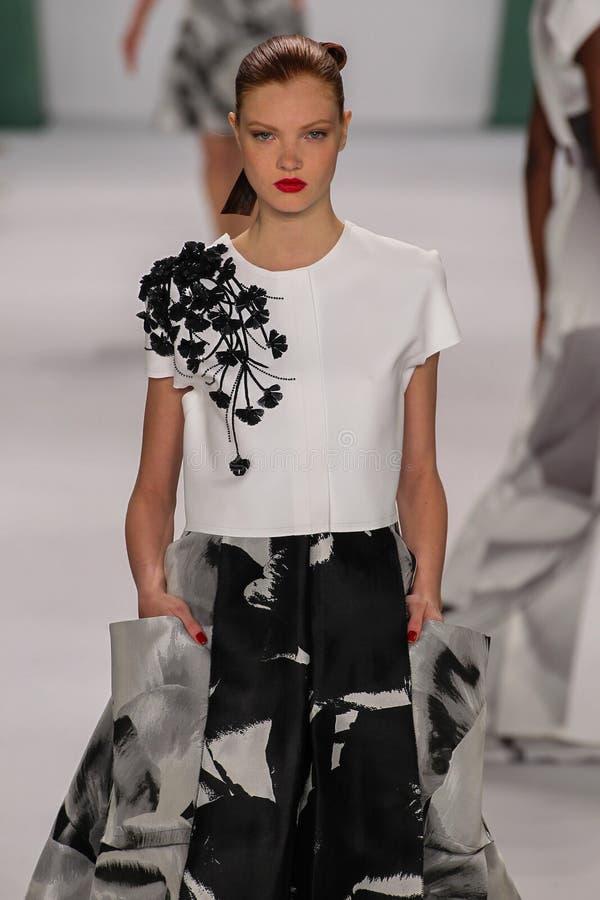 NEW YORK NY - SEPTEMBER 08: Modellen Anastasia Ivanova går landningsbanan på den Carolina Herrera modeshowen arkivbild