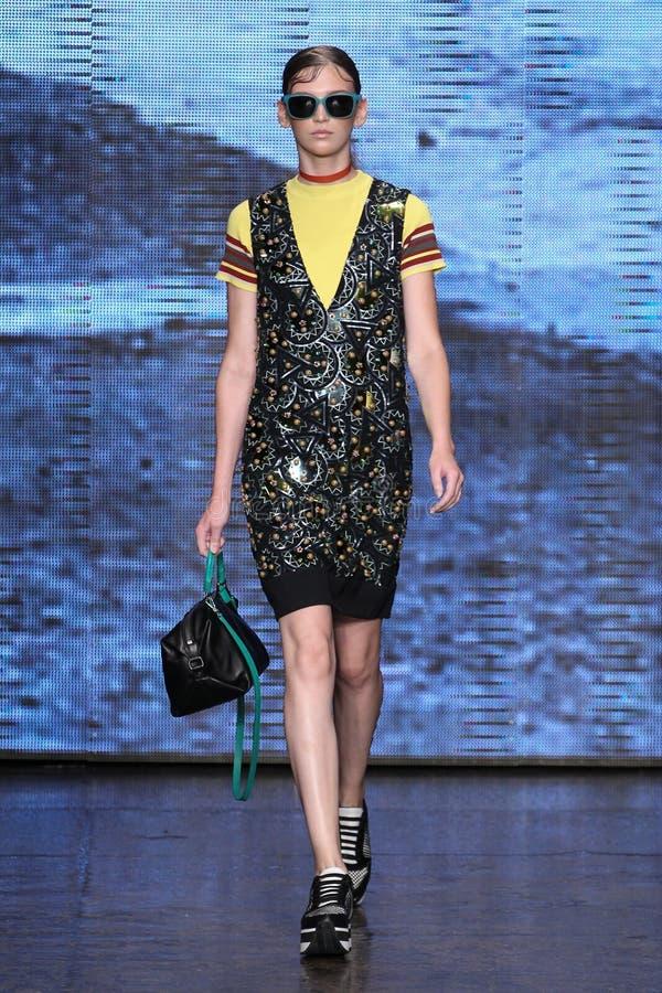 NEW YORK NY - SEPTEMBER 07: Modellen Anka Kuryndina går landningsbanan på samlingen för mode för DKNY-vår 2015 arkivfoton
