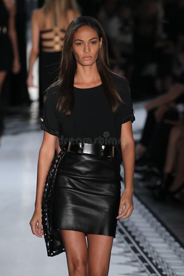 NEW YORK NY - SEPTEMBER 07: Modellen Joan Smalls går landningsbanan på kontra samlingen för Versace vår 2015 arkivbild