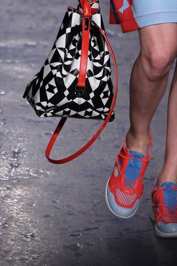 NEW YORK NY - SEPTEMBER 07: Modellen Lera Tribel går landningsbanan på samlingen för mode för DKNY-vår 2015 royaltyfri bild