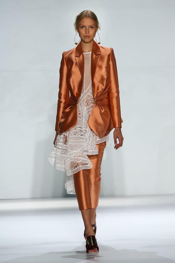 NEW YORK NY - SEPTEMBER 05: Modellen Natasha Remarchuk går landningsbanan på den Zimmermann modeshowen royaltyfri bild