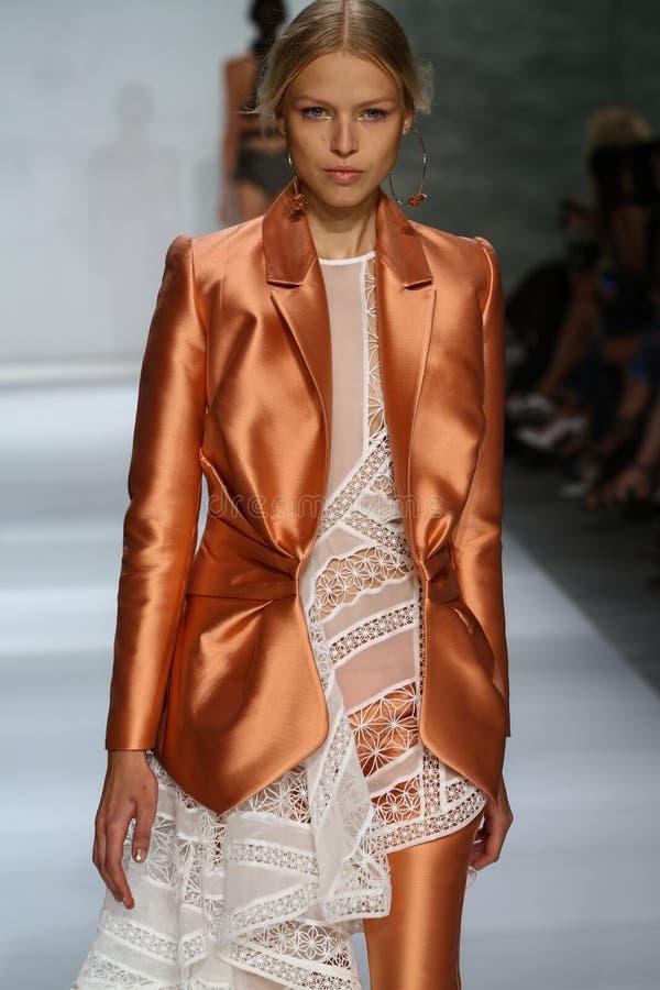 NEW YORK NY - SEPTEMBER 05: Modellen Natasha Remarchuk går landningsbanan på den Zimmermann modeshowen royaltyfria bilder