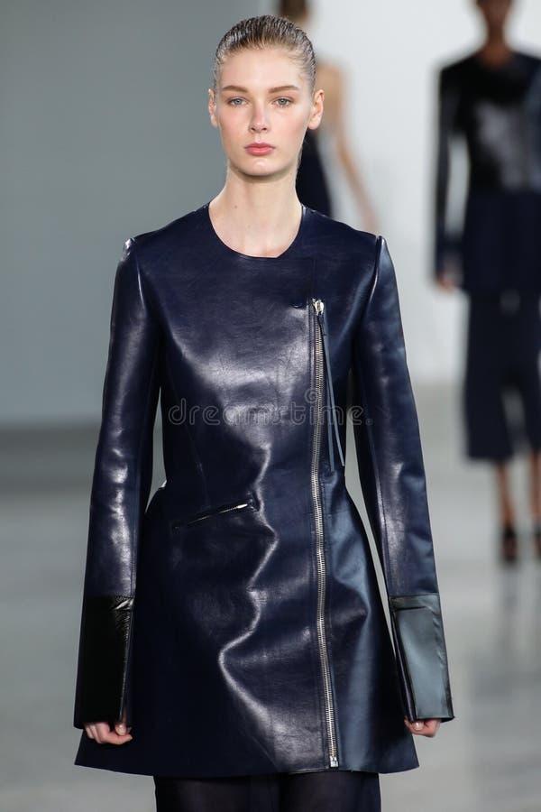 NEW YORK NY - SEPTEMBER 11: Modellen Sina går landningsbanan på den Calvin Klein Collection modeshowen arkivbild