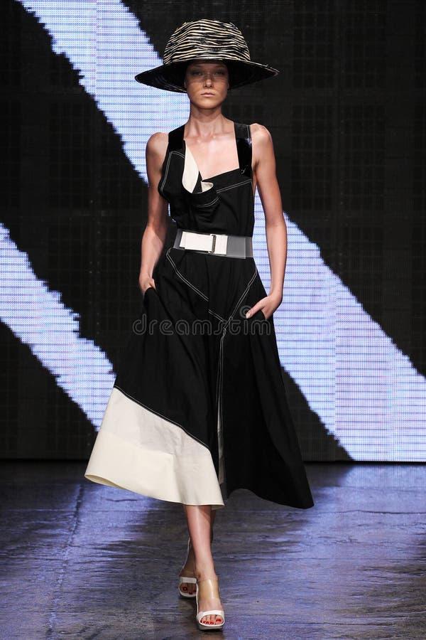 NEW YORK NY - SEPTEMBER 08: Modellen Yumi Lambert går landningsbanan på den Donna Karan Spring modeshowen 2015 royaltyfri fotografi