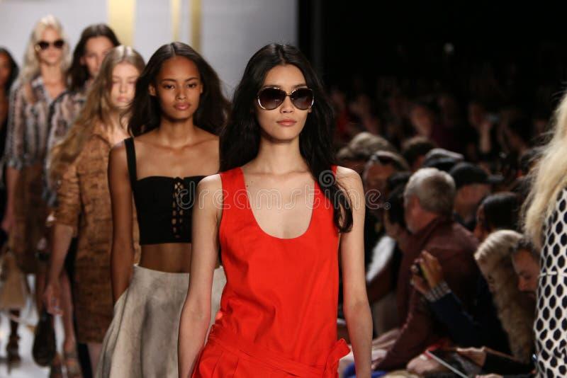 NEW YORK, NY - 8. SEPTEMBER: Modellweg das Rollbahnfinale während der Diane Von Furstenberg-Modeschau stockbild