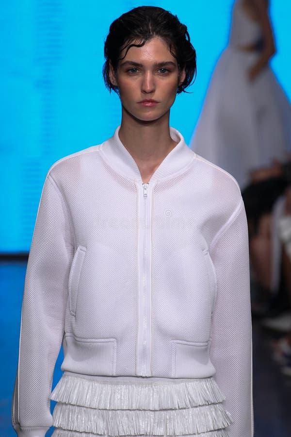 NEW YORK, NY - 7. SEPTEMBER: Vorbildliche Manon Leloup geht die Rollbahn an der Modekollektion DKNY-Frühlinges 2015 stockfoto