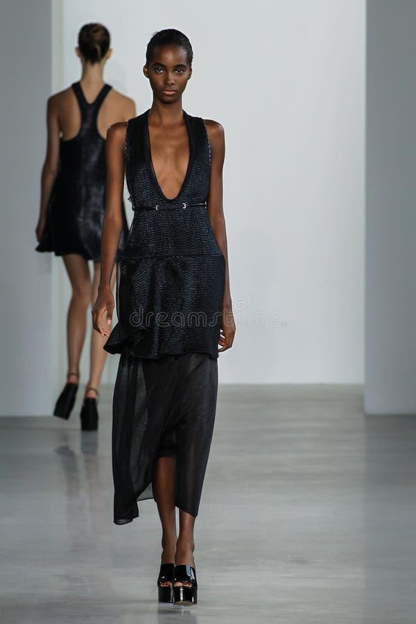 NEW YORK, NY - 11. SEPTEMBER: Vorbildliche Tami Williams geht die Rollbahn an der Calvin Klein Collections-Modeschau stockbild