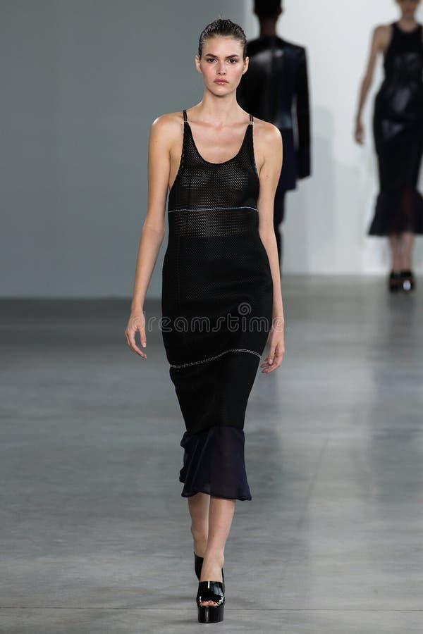 NEW YORK, NY - 11. SEPTEMBER: Vorbildliche Vanessa Moody geht die Rollbahn an der Calvin Klein Collections-Modeschau lizenzfreie stockfotografie