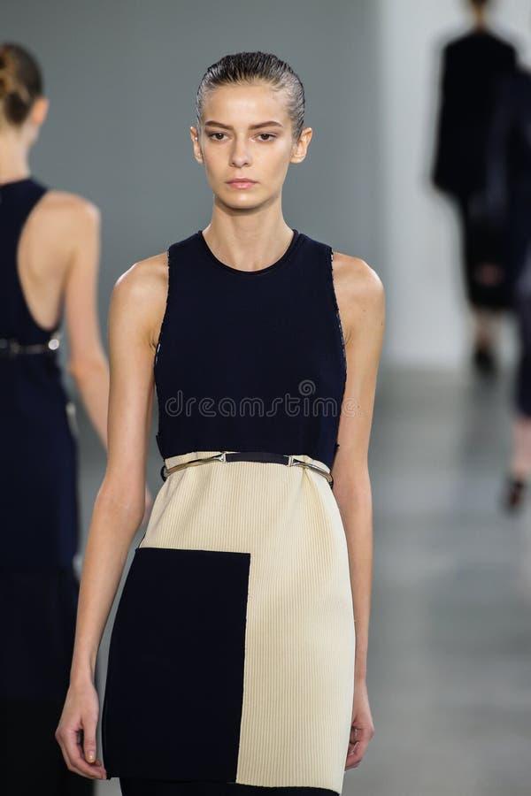 NEW YORK, NY - 11 SEPTEMBRE : Dasha Denisenko modèle marche la piste au défilé de mode de Calvin Klein Collection images stock
