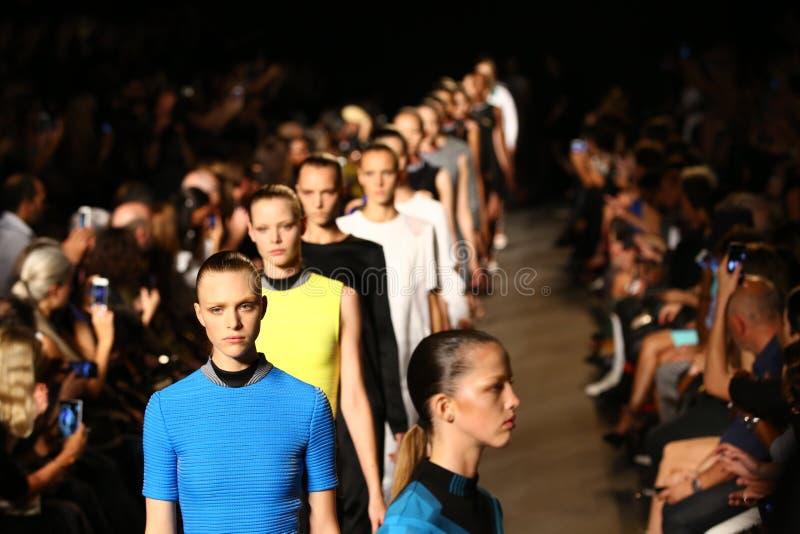 NEW YORK, NY - 6 SEPTEMBRE : Promenade de modèles la finale de piste au défilé de mode d'Alexander Wang photos libres de droits