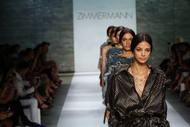 NEW YORK, NY - 5 SEPTEMBRE : Promenade de modèles la finale de piste au défilé de mode de Zimmermann photographie stock