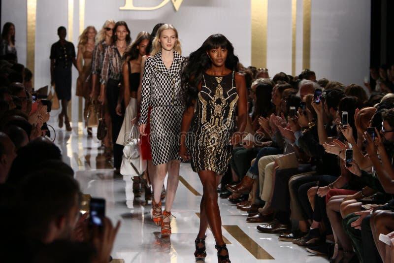NEW YORK, NY - 8 SEPTEMBRE : Promenade de modèles la finale de piste pendant le défilé de mode de Diane Von Furstenberg images stock