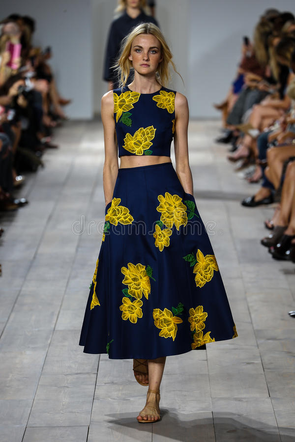 NEW YORK, NY - 10 SEPTEMBRE : Un modèle marche la piste à la collection de mode de Michael Kors Spring 2015 images stock