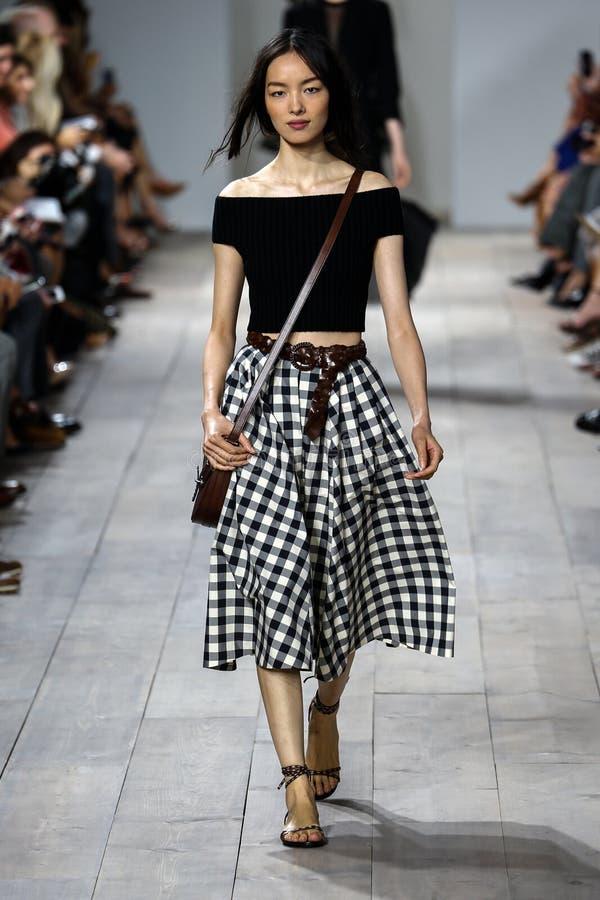 NEW YORK, NY - 10 SEPTEMBRE : Un modèle marche la piste à la collection de mode de Michael Kors Spring 2015 photos stock