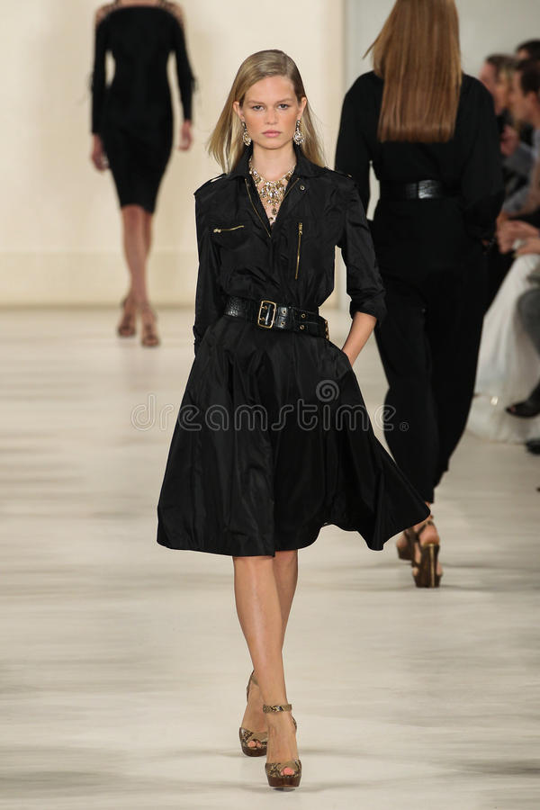NEW YORK, NY - 11 SEPTEMBRE : Un modèle marche la piste à la collection de mode de Ralph Lauren Spring 2015 image stock