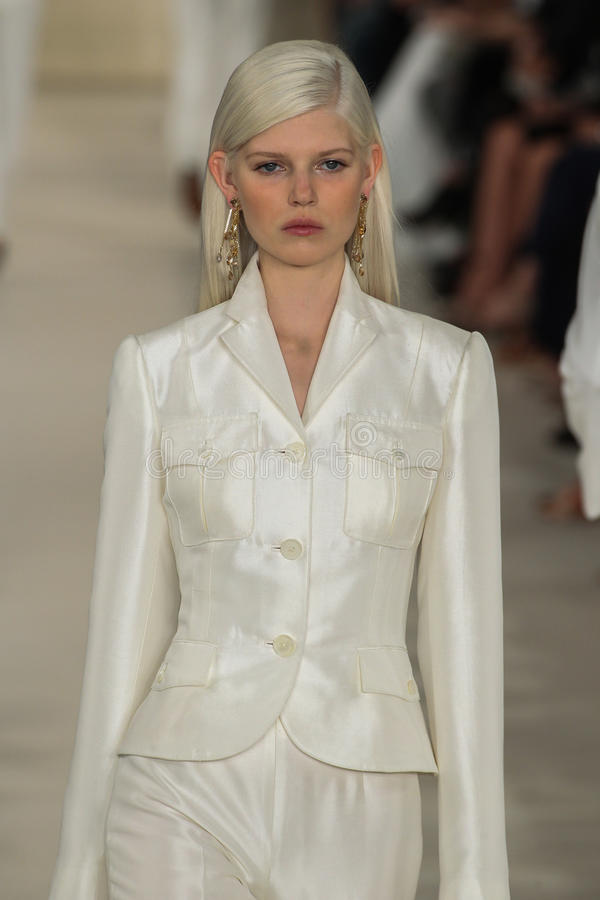 NEW YORK, NY - 11 SEPTEMBRE : Un modèle marche la piste à la collection de mode de Ralph Lauren Spring 2015 images stock