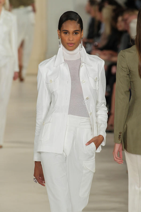 NEW YORK, NY - 11 SEPTEMBRE : Un modèle marche la piste à la collection de mode de Ralph Lauren Spring 2015 photographie stock