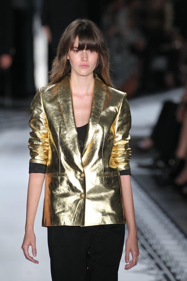NEW YORK, NY - 7 SEPTEMBRE : Un modèle marche la piste au contre la collection du ressort 2015 de Versace image libre de droits