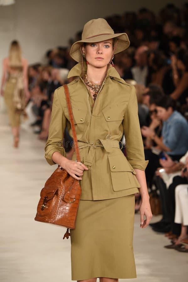 NEW YORK, NY - 11 SEPTEMBRE : Un modèle marche la piste au défilé de mode de Ralph Lauren image libre de droits