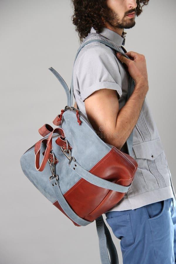 NEW YORK, NY - 6 SEPTEMBRE : Un modèle présente le sac à la présentation de mode de Sergio Davila images stock