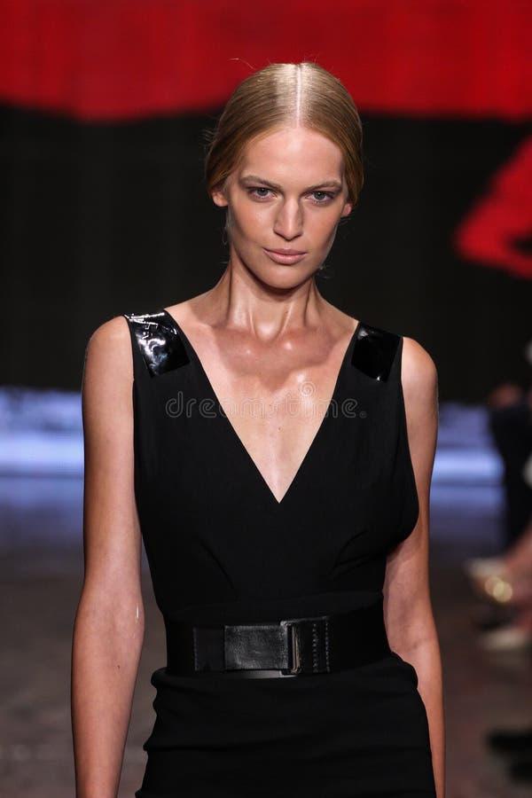 NEW YORK, NY - 8 SEPTEMBRE : Vanessa Axente modèle marche la piste à la collection de mode de Donna Karan Spring 2015 image stock