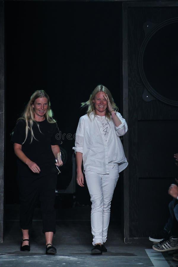 NEW YORK, NY - 9 SETTEMBRE: Passeggiata dei progettisti Katie Hillier e di Luelle Bartley la pista alla sfilata di moda di Marc B fotografie stock libere da diritti