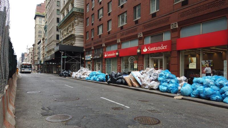 New York, NY, U.S.A. Gli uffici e l'accatastamento-su residenziale dei rifiuti e si siede sul marciapiede che attende la raccolta fotografie stock libere da diritti