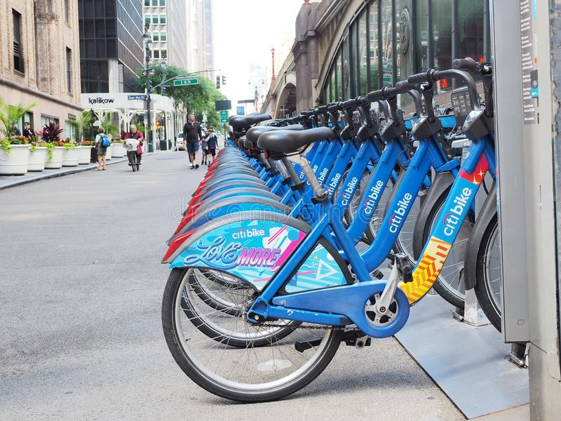 New York, NY, USA Das Fahrrad, das entlang den Straßen in Manhattan teilt stockfotos