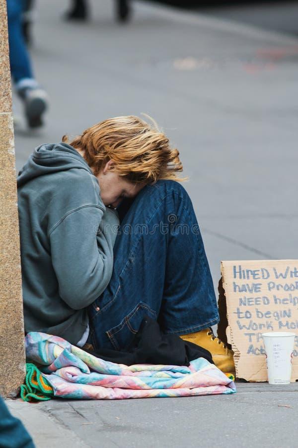 NEW YORK NY, USA - DECEMBER 2017 - hemlös kvinna på gatorna av Manhattan arkivfoto