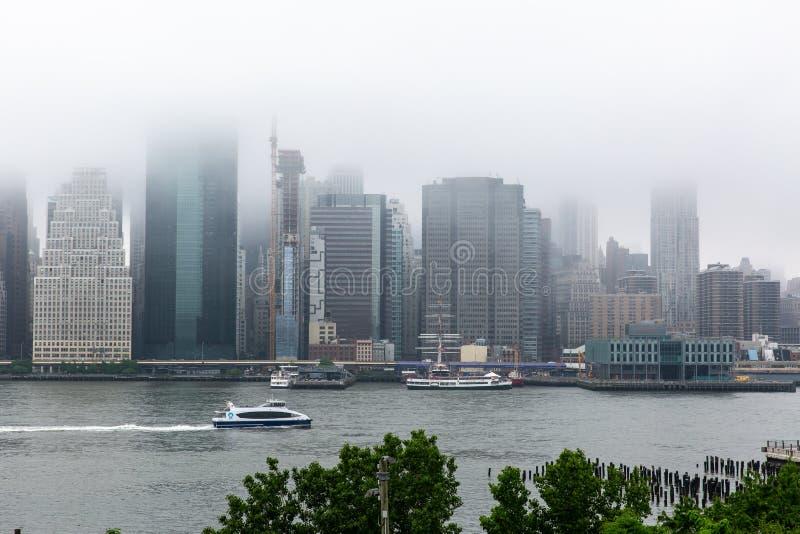New York NY/USA - JUNI 01 2018: Lower Manhattanhorisont på ett f arkivbilder