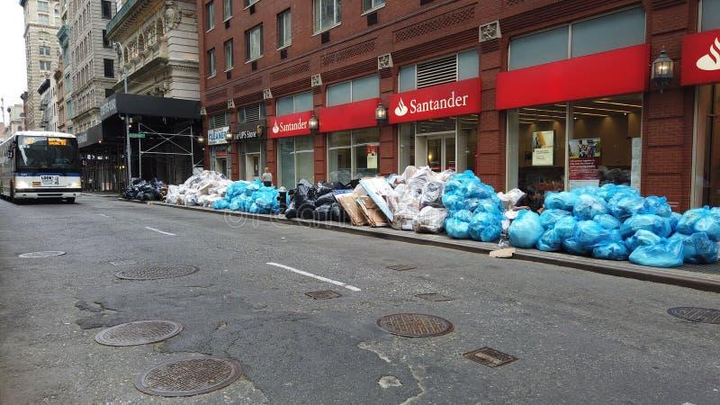 New York NY, USA Kontor och bostads- avfall som traver-upp och, sitter på trottoaren som väntar på uppsamlingen royaltyfri bild