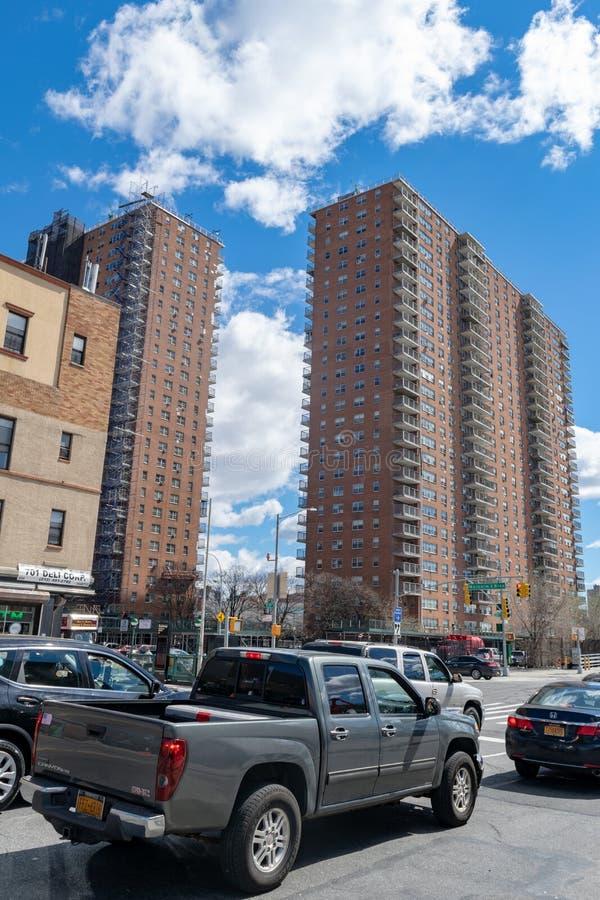 New York, NY/USA - 04/09/2019: Programmi di costruzione di alloggi di NYC sulla 145th via e boulevard di Malcolm X in Harlem fotografia stock
