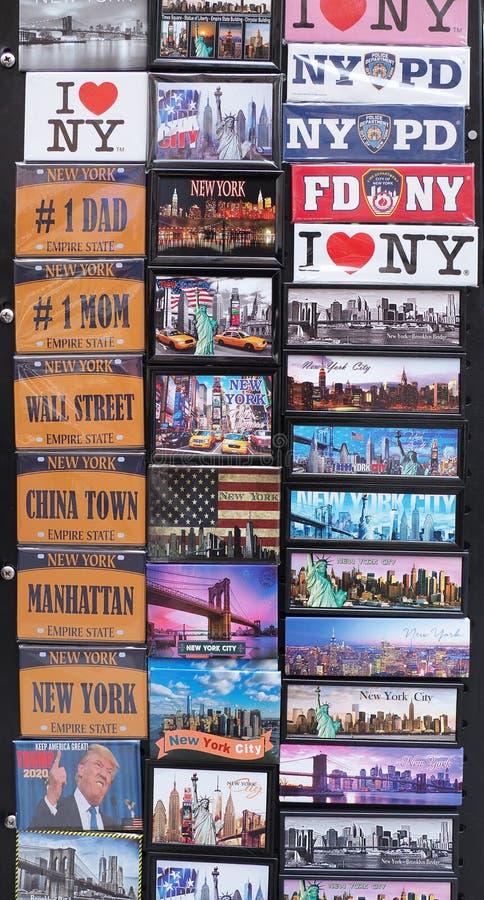 New York NY, USA Samling av magneter som ska s?ljas till turister royaltyfri bild