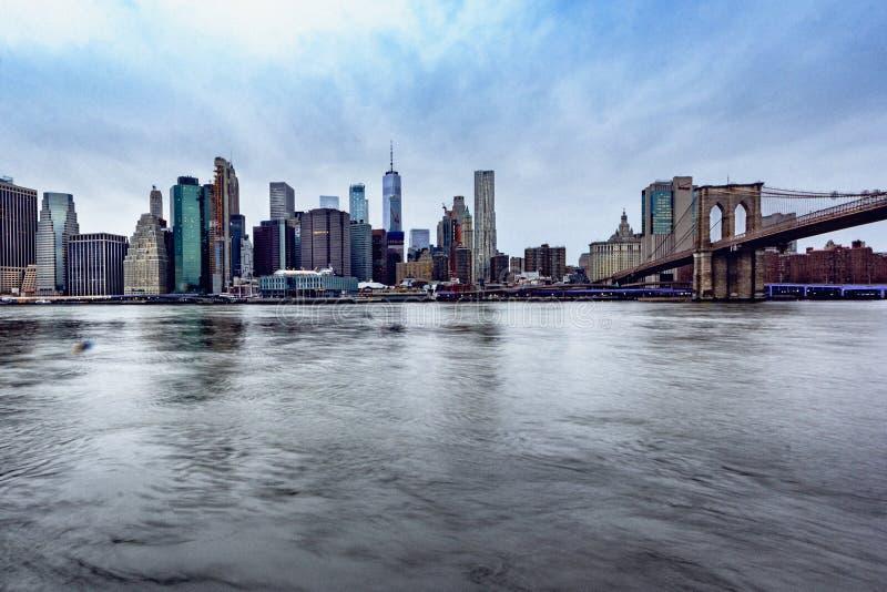 New York, NY/vereinigt Zustände - 30. Dezember 2018: Eine Morgenansicht des Lower Manhattan mit der Brooklyn-Brücke stockbilder