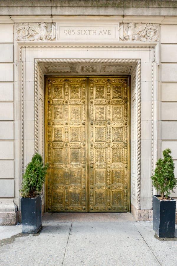 New York, NY/Verenigde Staten - breng in de war 8, 2019: Verticale mening van de decoratieve deuren van Gotham Hall in Manhattan royalty-vrije stock fotografie