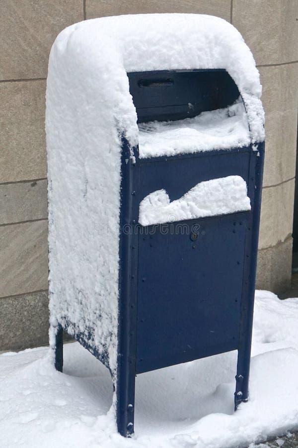 New York, NY, VS: Blue United States Postal Service mailbox bedekt met sneeuw stock foto