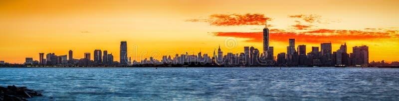 New York och Jersey City horisonter på soluppgång arkivbild