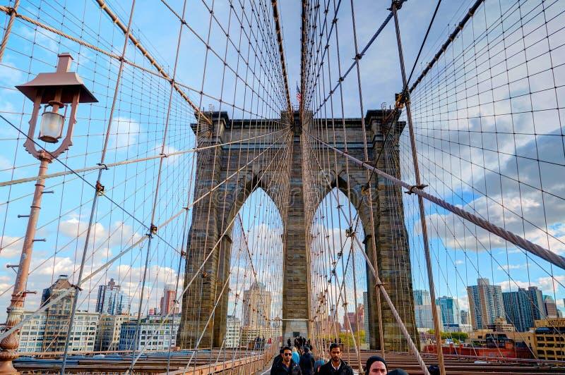 NEW YORK, OCT, 25, 2013: Mening over beroemde de Brugpoort van NYC Brooklyn en lopende mensentoeristen Beroemde de brugarchitectu royalty-vrije stock afbeeldingen