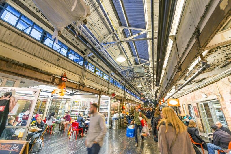 NEW YORK - OCTOBRE 2015 : L'intérieur de touristes se sauvent le marché La ville a photo stock