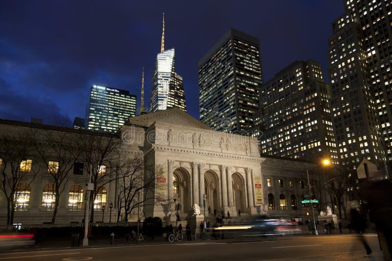 New York offentligt bibliotek i skymningen, Manhattan, New York arkivbilder