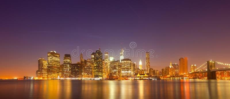 New York, panorama variopinto dell'orizzonte di notte di U.S.A. immagini stock libere da diritti