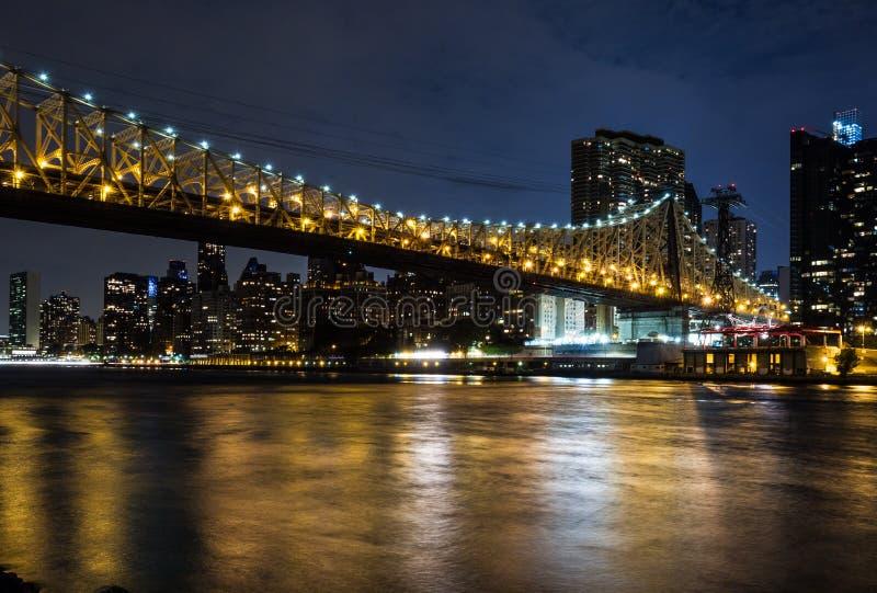 New York 's nachts: Queensborobrug, de Rivier van het Oosten en Manhattan royalty-vrije stock afbeelding